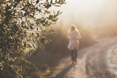 Marina caminando bosque maternidad